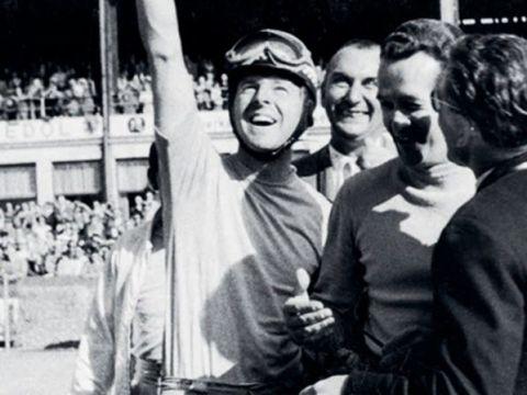 1956 - Victoria: Wolfgang Graf Berghe von Trips (izq.) y Umberto Maglioli (2º por la der.) celebran su victoria de clase.