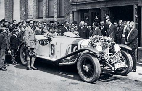1927 - Gran Premio de Alemania en el Nürburgring: entrega del premio a Otto Merz en Stuttgart-Untertürkheim con Ferdinand Porsche (5º por la dcha.)