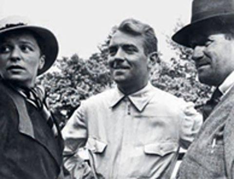 1936 - Refuerzos: Bernd Rosemeyer con su esposa Elly Beinhorn (izquierda) y Ferdinand Porsche (derecha).