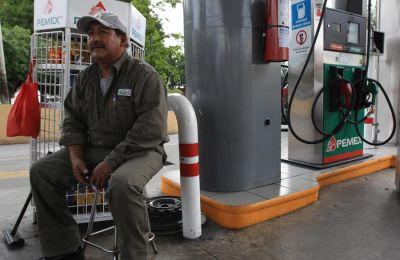 Un trabajador de una gasolinera de la empresa estatal Petróleos Mexicanos (Pemex) espera la llegada de consumidor hoy, jueves 2 de julio de 2015, en la ciudad mexicana de Guadalajara.