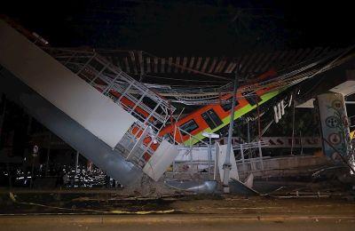 Vista general del derrumbe de unos vagones del metro la noche de ayer en la Ciudad de México