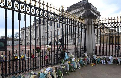 Los tributos florales al príncipe Felipe de Gran Bretaña se colocan fuera del Palacio de Buckingham