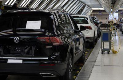 Fotografía de una línea de producción en la planta de ensamblaje de Volkswagen, el 9 de julio de 2021, en el estado de Puebla (México).