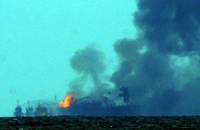 Vista general de un buque tipo cisterna de la empresa petrolera mexicana Pemex, cargada con 160 mil barriles de combustible, que explotó y se incendió frente a las costas del puerto de Veracruz .