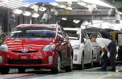 Trabajadores automotores japoneses inspeccionan autos híbridos Prius de Toyota Motor Corp., que salen de la línea de ensamblaje en la planta Tsutsumi del fabricante de automóviles en la ciudad de Toyota, provincia de Aichi, Japón.