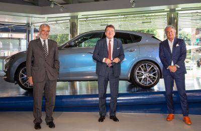 De Izquierda a derecha: Paolo Glisenti-Comisario General de Italia para la Expo 2020 de Dubai, Gian Carlo Muzzarelli-Alcalde de Módena, Davide Grasso-Consejero Delegado de Maserati