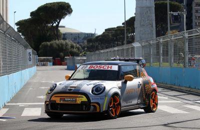 El nuevo Safety Car FIA de Fórmula E de BMW Group hizo su debut en el E-Prix de Roma: el MINI Electric Pacesetter inspirado en JCW