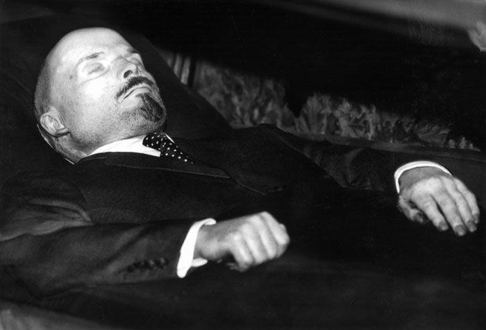 Chávez sigue el camino de Lenin, el primer revolucionario embalsamado