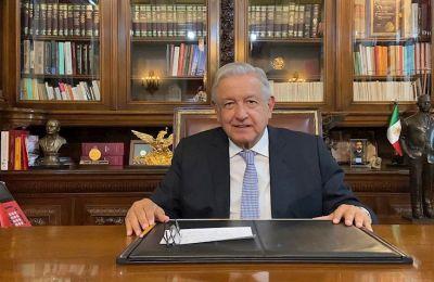 Fotografía cedida hoy por la Presidencia de México que muestra al mandatario Andrés Manuel López Obrador, durante un mensaje desde Palacio Nacional, en Ciudad de México (México). EFE/Presidencia de México