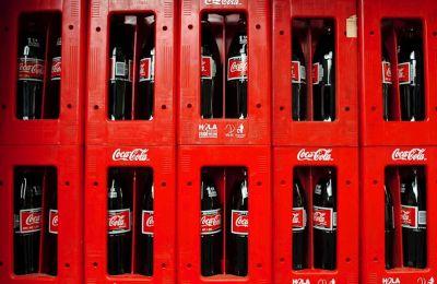 Vista de varias botellas de Coca-Cola.