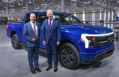 """Fotografía cedida por Ford donde aparece su presidente ejecutivo, Bill Ford (i), mientras posa con el presidente, Joe Biden (d), frente a la """"pickup"""" (camioneta) eléctrica F-150 Lightning el 18 de mayo de 2021 en Dearborn, Michigan (EE.UU.). EFE/Ford/Sam"""
