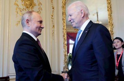Los presidentes de Estados Unidos, Joe Biden, y de Rusia, Vladímir Putin, se saludan en el interior de Villa La Grange, en Ginebra, antes de comenzar su primera cumbre. EFE/EPA/MIKHAIL METZEL/SPUTNIK/KREMLIN / POOL